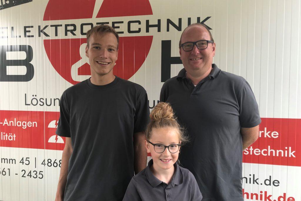 Thomas Büscher von Elektrotechnik B und H mit Azubis Tim Weichert und Tochter Thea bei der Jobmesse im Schlosspark.