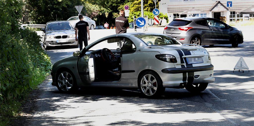 Security-Mitarbeiter setzten am Sonntag die Sperrung der Quarzwerkestraße durch.