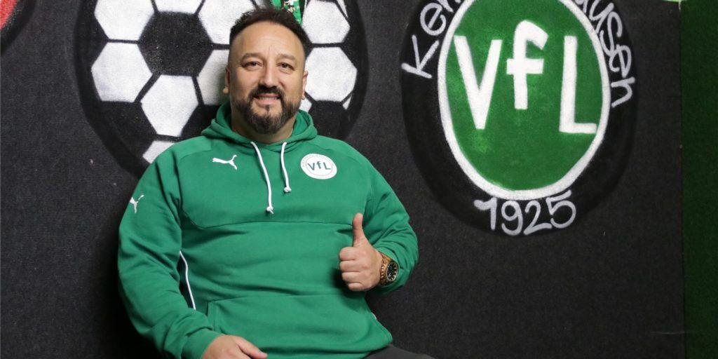 Daumen hoch für den nächsten fixen Transfer: Kemminghausens Coach Bülent Kara freut sich über einen weiteren Neuzugang.