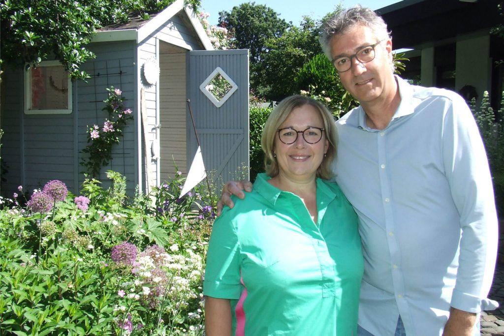 Petra Henschel und Bernd Wittkowski in ihrem liebevoll und zugleich pflegeleicht gestalteten Gartenparadies.