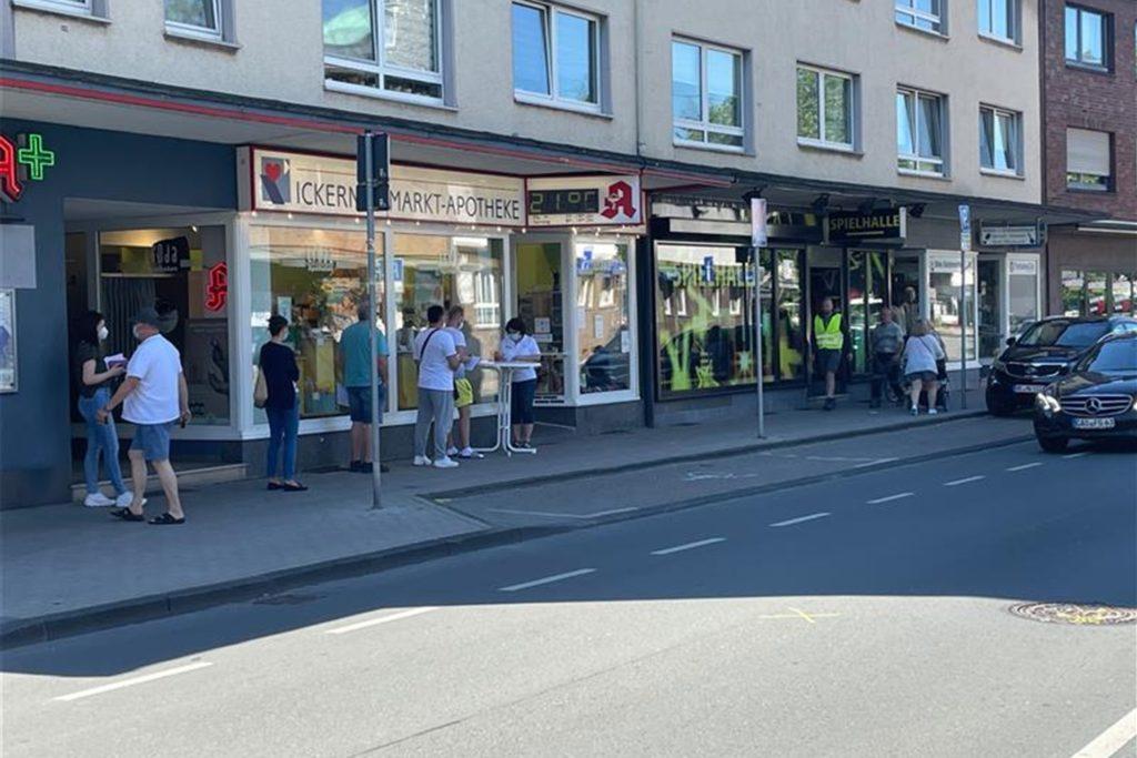 Eine kleine Schlange hat sich vor der Apotheke am Markt in Ickern gebildet.