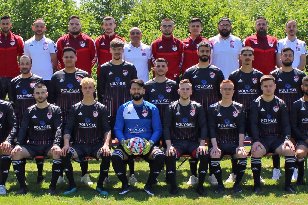 Das komplette TSV-Team mit den neuen Trikots für die Saison 2021/22.