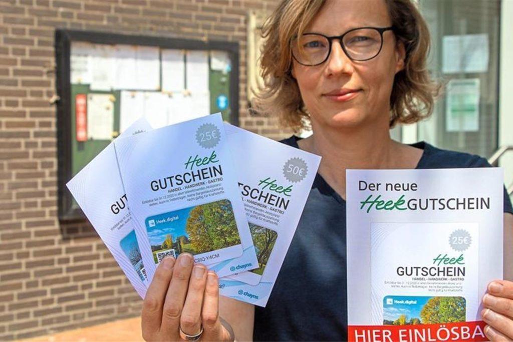 Ute Schwietering von der Gemeindeverwaltung mit den Gutscheinen der Erstauflage.