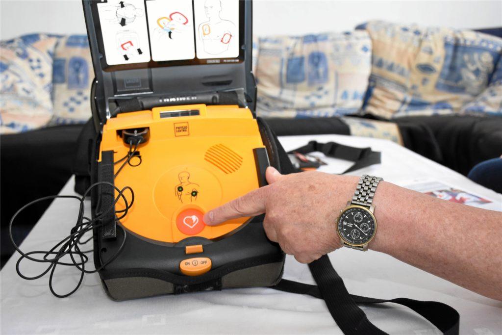 Ein Defibrillator kann nur von ausgebildeten Personen benutzt werden und kostet eine Menge Geld. Doch in der entscheidenden Situation kann er Leben retten.
