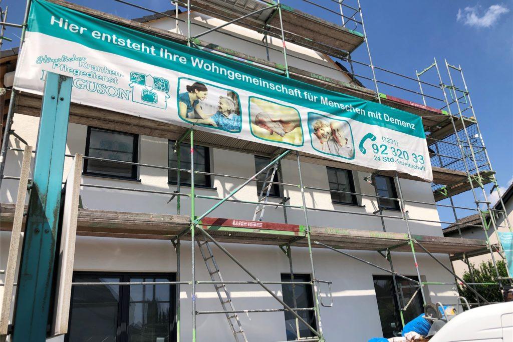 Die Bauarbeiten am Haus Flughafenstraße 388 sind unübersehbar