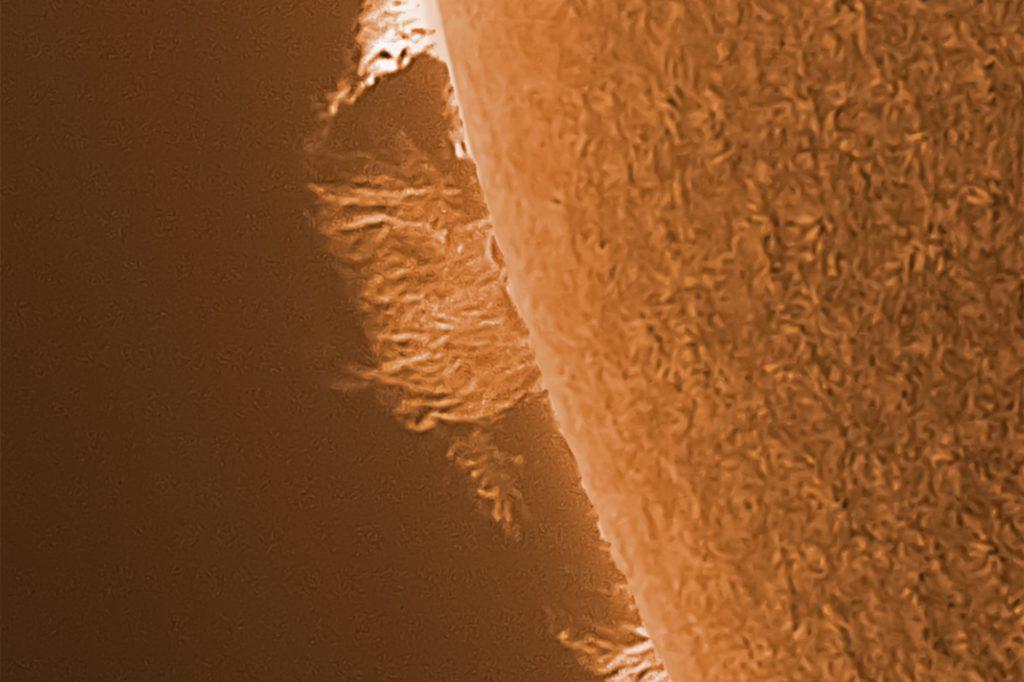 Auf diesem Bild sind Protuberanzen zu sehen - Materieströme auf der Sonnenoberfläche.
