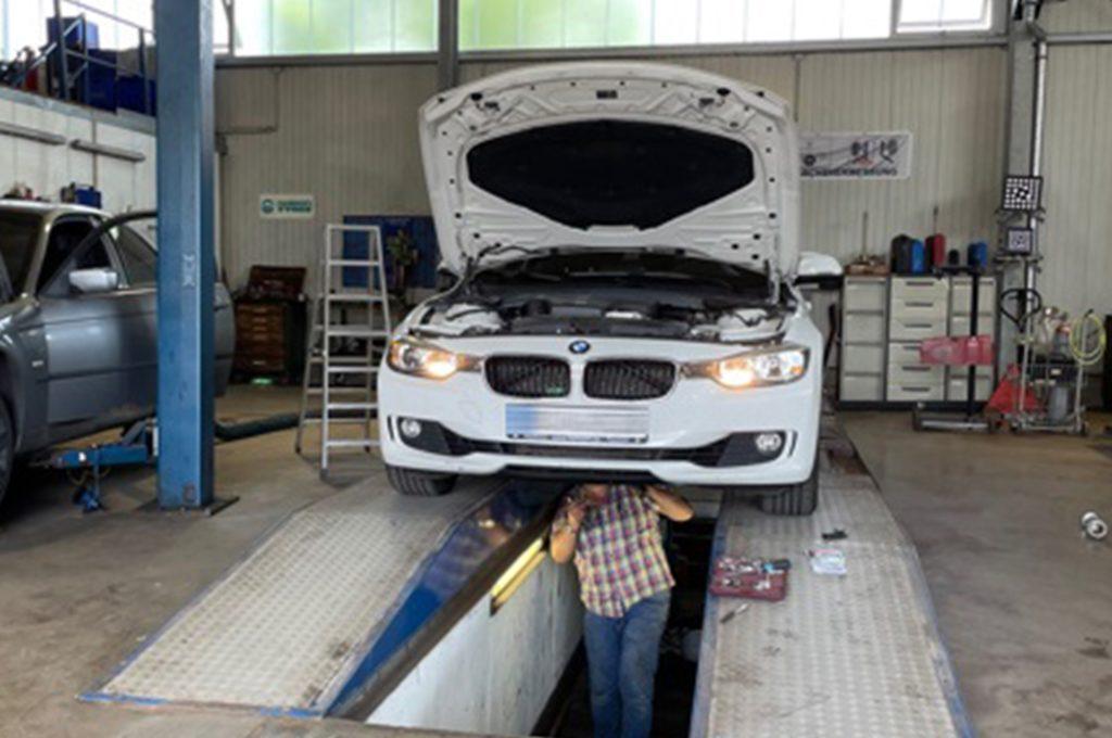 Das zweite Auto wurde dann in die Werkstatt der Firma Halsband und Schwers gebracht, um besser an die Katze zu kommen.