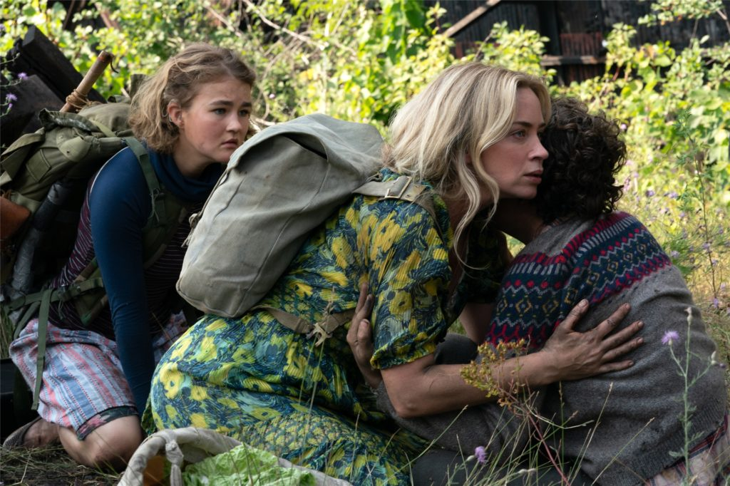 """Kein Laut, sonst kommen die Aliens: Evelyn (Emily Blunt, M.) beschützt ihre Lieben in """"A Quiet Place 2""""."""