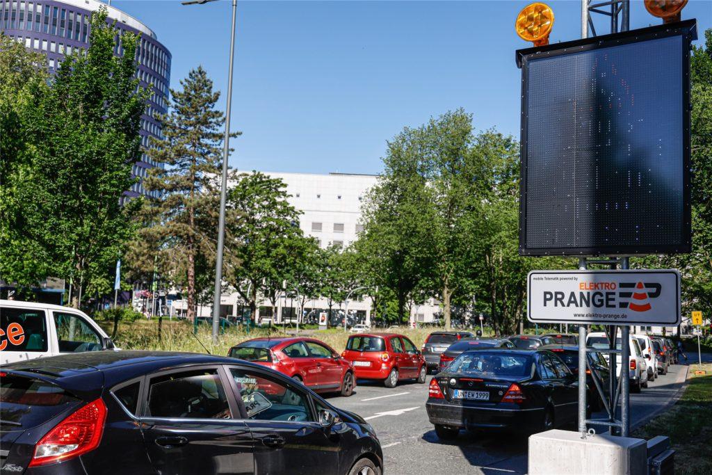 Umfahrung empfohlen: Auf den Zufahrtsstraßen zum Wall machen LED-Hinweistafeln auf die Baustelle am Schwanenwall aufmerksam.