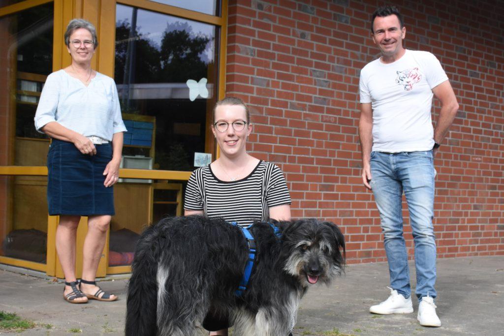 Lehrerin Meike Dewies (M.) hatte die Idee zum Schulhund. Schulleiter Sven Kruse war sofort begeistert und der Förderverein unter Leitung von Elisabeth Ingenhorst hat die Ausbildung des Hundes finanziert.