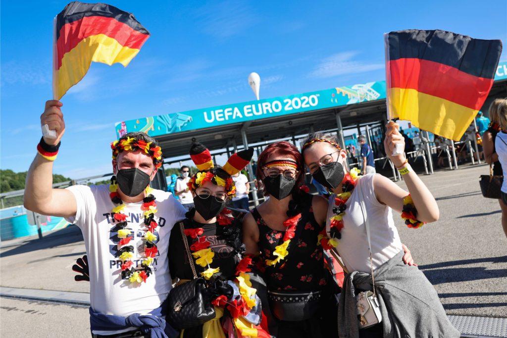 Deutsche Fans feiern vor dem Spiel.