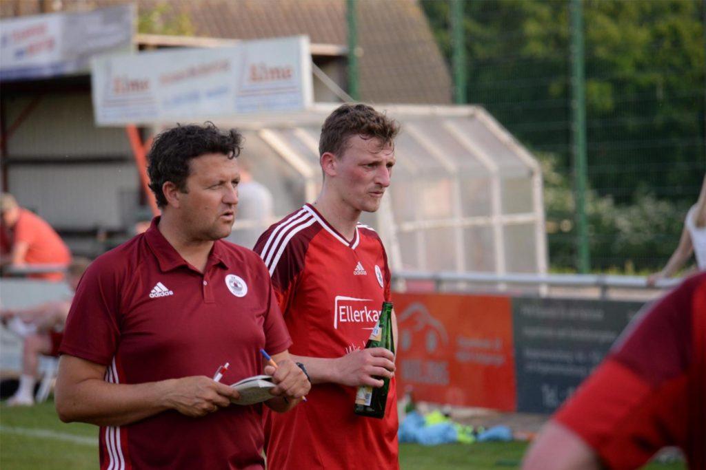Ihr erstes gemeinsames Spiel beim VfB Alstätte haben die Trainer Dirk Haveloh (l.) und Niklas Hilgemann bestritten.