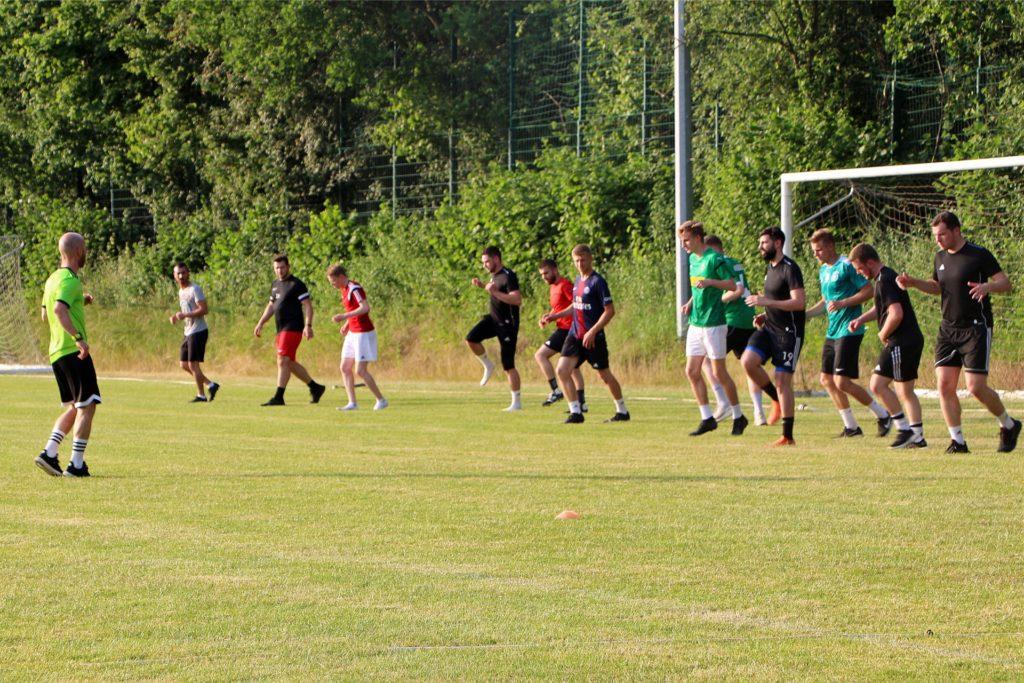 Die Einheit am Donnerstag wurde zu Beginn erneut angeleitet von Fitnesscoach Moritz Buchheister (l.).