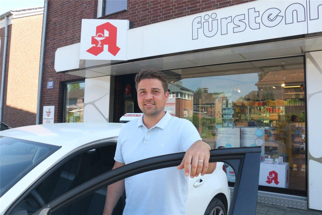 Falk Rzepka bietet in seiner Fahrschule Auffrischungskurse an für Kunden, die mehr Sicherheit im Straßenverkehr zurückgewinnen möchten. Er zeigt bei Bedarf auch, wie man sicher vom Parkplatz an der Fürstenhof-Apotheke kommt.