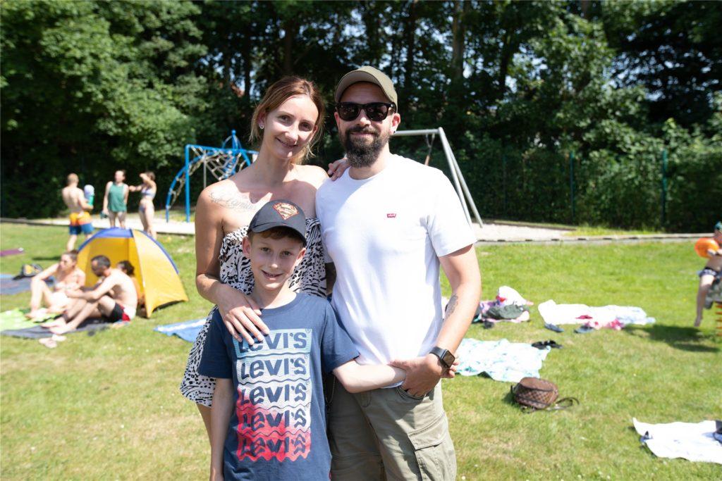 Isabel Ringmann mit Ehemann Sven Speckhaus und Sohn Colin besuchen des Selmer Freibad gern.