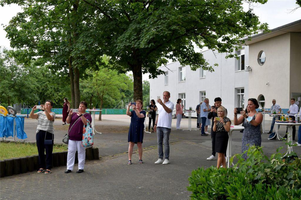 Auch draußen hielten die Besucher die Abstandsregeln ein.