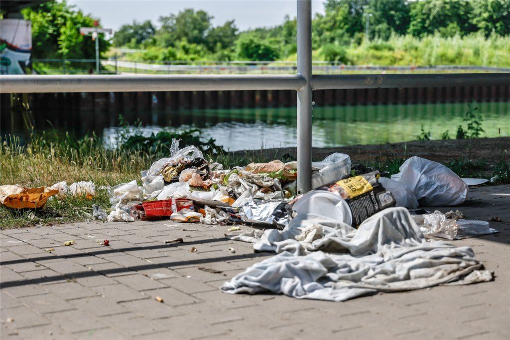 Die ersten Sommer-Tage im Juni haben ihre Spuren hinterlassen: Der Müll türmt sich am Kanal.