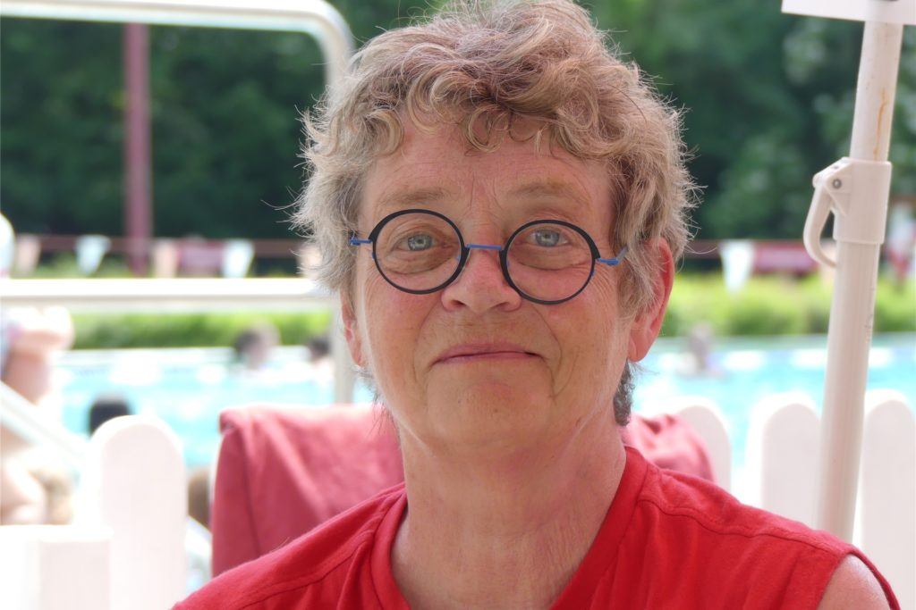 Helferin Angelika Sult (69) erinnert die Gäste an die Regeln - und verteilt auch Pflaster, wenn es sein muss.