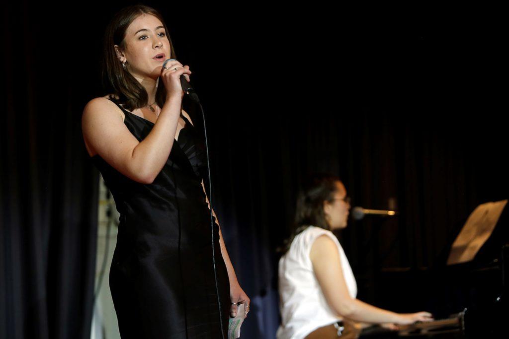 Julia Graf und Carolin Seidel sangen live einen Song von Miley Cyrus.