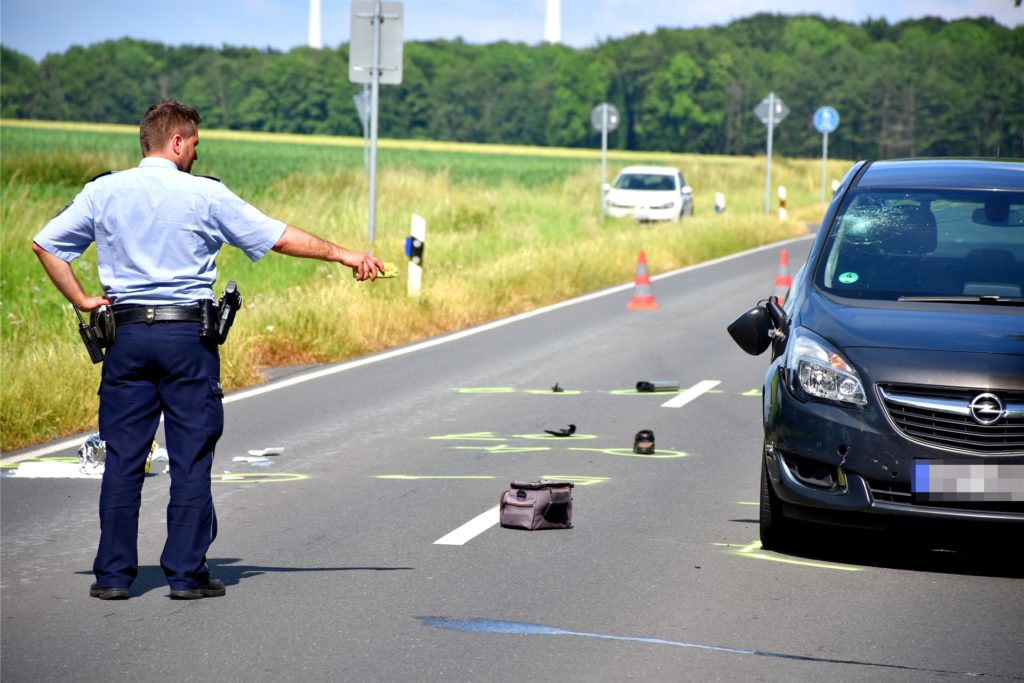 Durch den Aufprall wurde der Pedelecfahrer mit dem Kopf gegen die Windschutzscheibe des Pkw geschleudert. Er kam mit schweren Verletzungen ins Krankenhaus.