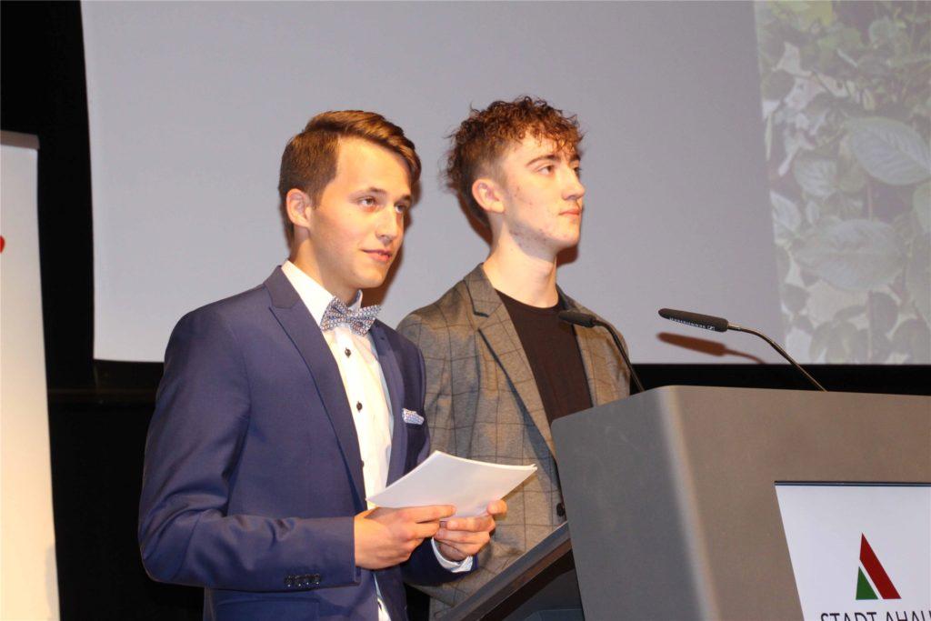 Die Schülersprecher Jost Niehues (l.) und Gabriel Hackenfort verabschiedeten sich mit einer kurzen Rede.