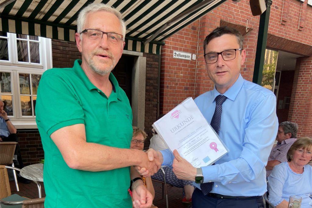 Bürgermeister Berthold Dittmann (r.) zeichnete Dieter Frechen mit einer Urkunde aus. Zehn Mal begleitete der pensionierte Polizeibeamte ehrenamtlich Senioren ins Impfzentrum nach Velen.