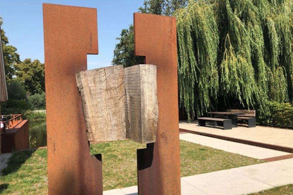 Eine Skulptur von Ludwig Maria Vongries, die in Asbeck steht.