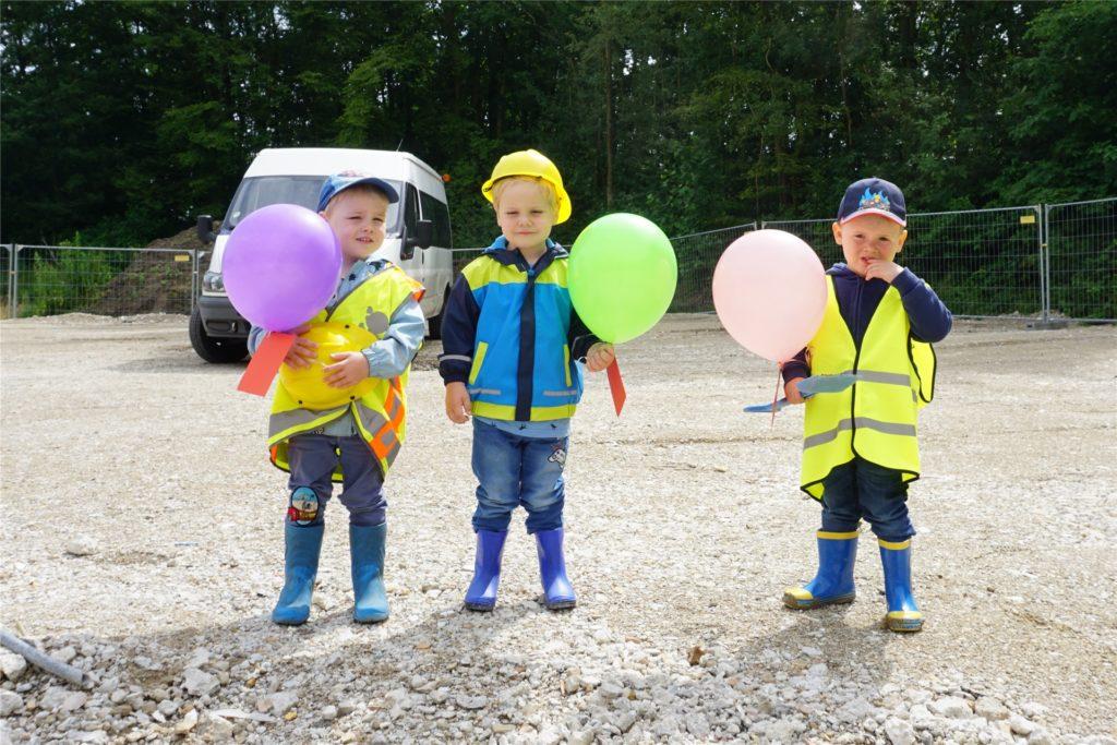 Zünftig gekleidet erscheinen die kleinen Bauarbeiter zum ersten Spatenstich.