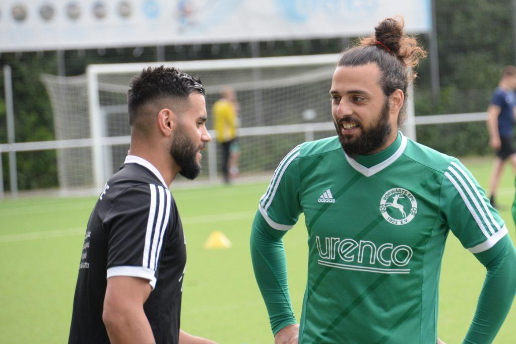 Umut Berke (l.) im Gespräch mit Spielertrainer Marco Aydin.