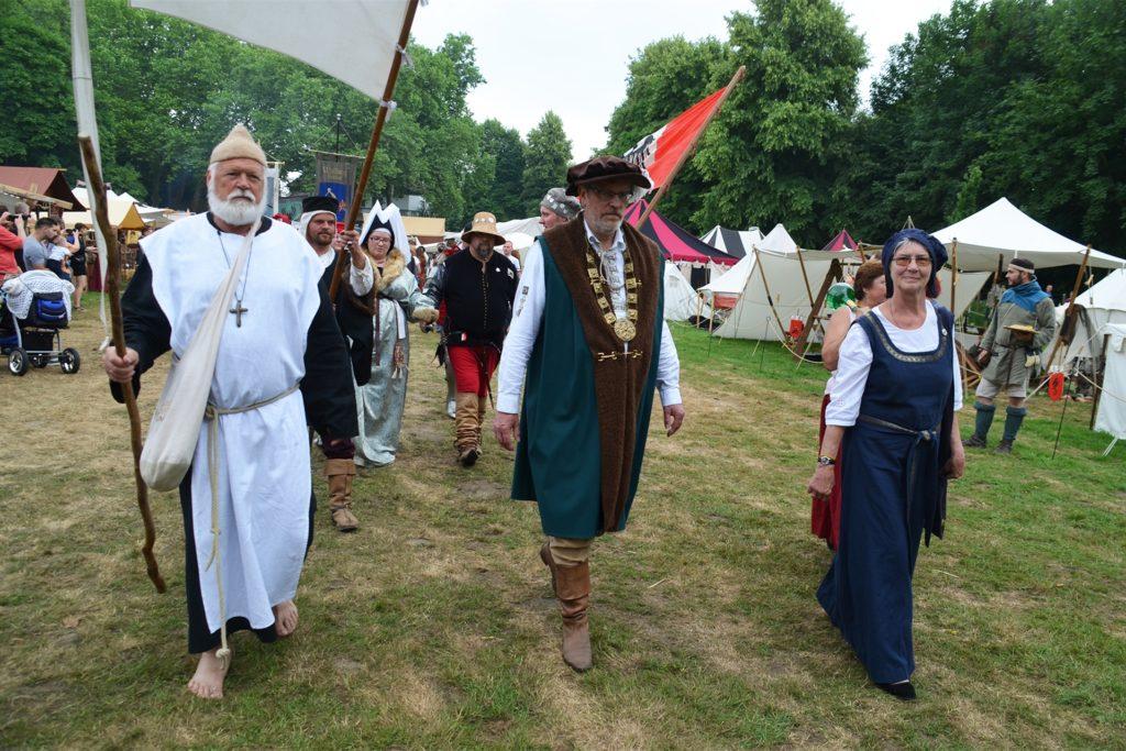 Zwölf Mal haben Detlef (l.) und Erika Huß das Gaudium organisiert. Jeden Tag führten sie den Festzug gemeinsam mit Landvogt Bruno Wisbar über die Festwiese.