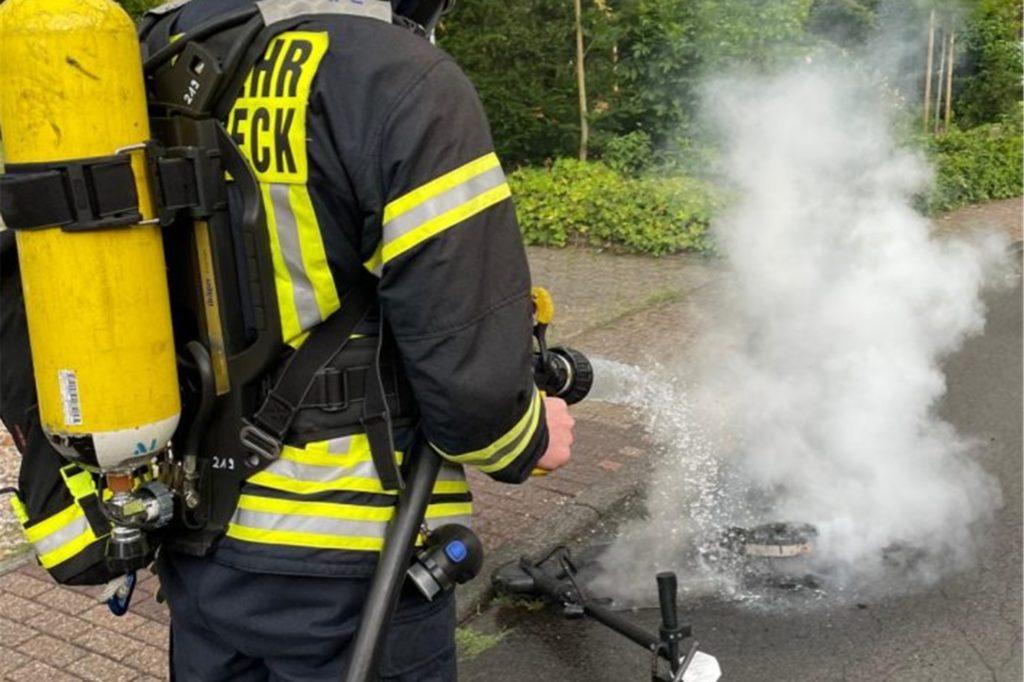 Die Feuerwehr löschte das brennende Fahrzeug.