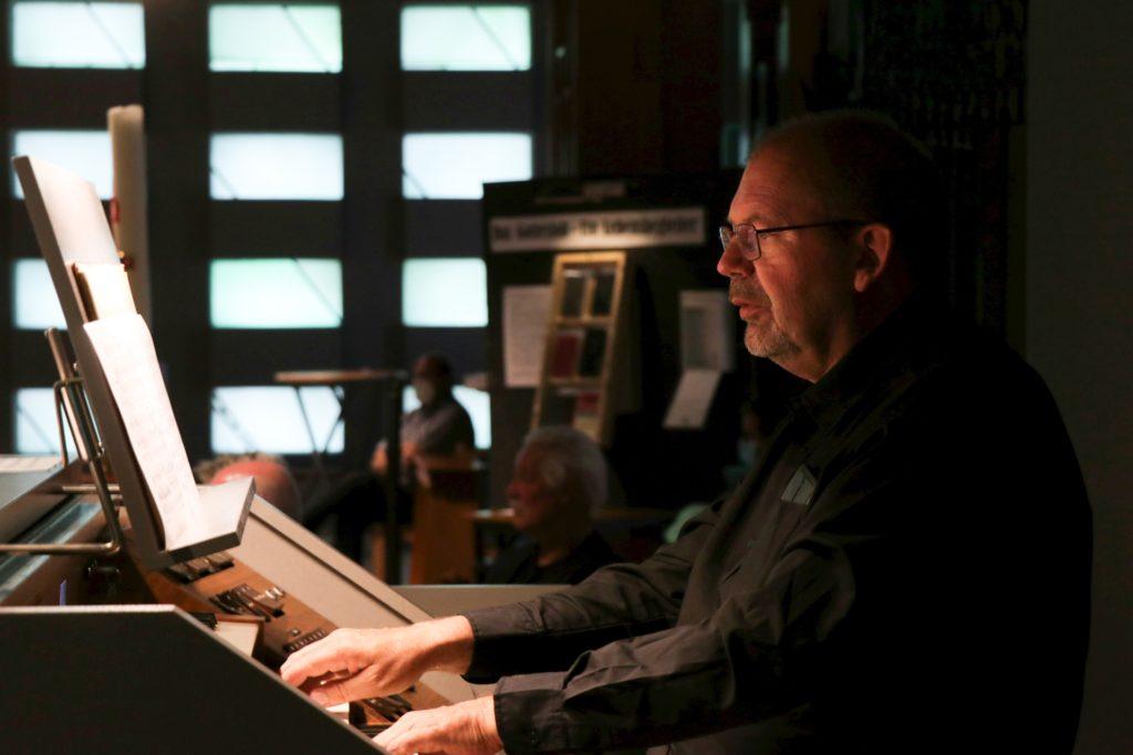 Jan Willem Dokter an der Orgel