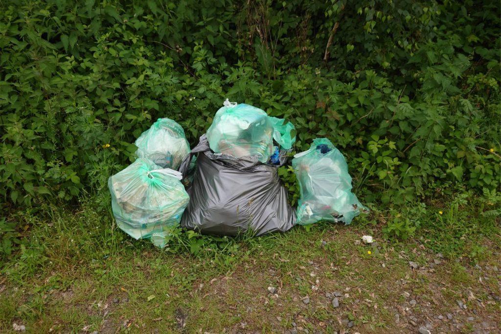 Tütenweise Müll müssen die Angler nach wettertechnisch schönen Wochenenden am Strönfeldsee einsammeln.