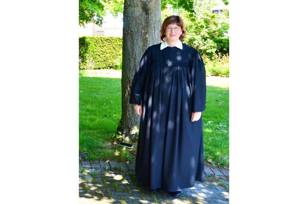 Selbst bei 36 Grad trägt Pfarrerin Antje Wischmeyer den schwarzen, langen Talar aus Schurwolle.