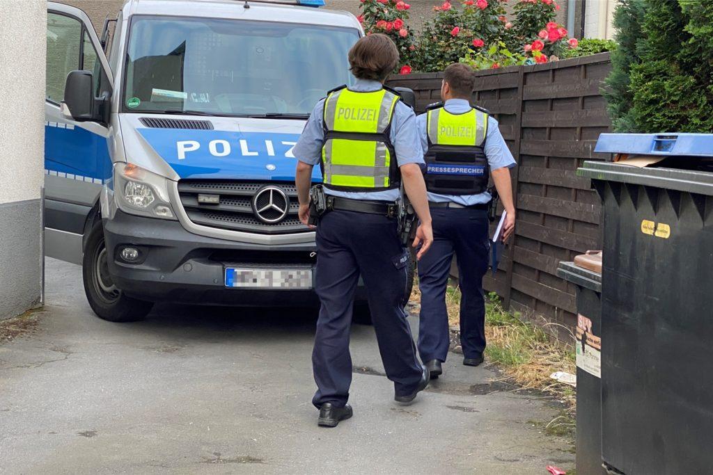 Kurze Ärmel gehören zur Polizeiuniform im Sommer - lange Hosen sind aber ein Muss.