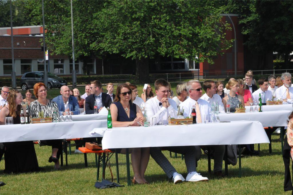 An sogenannten Familieninsel saßen die Eltern und Schüler jeweils zu dritt an einem Tisch.
