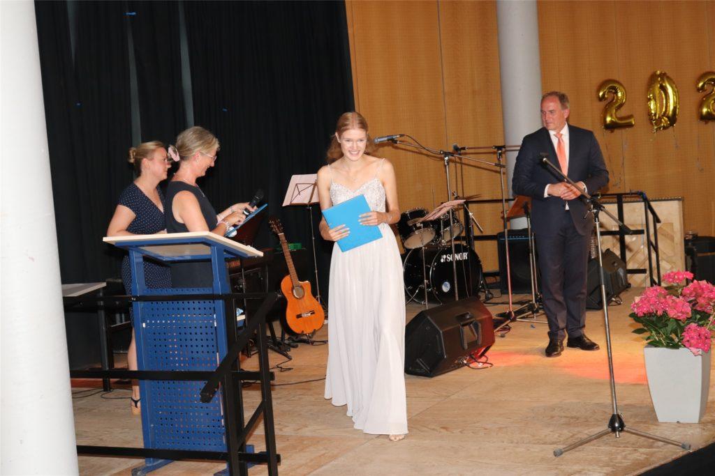 Die Schülerinnen und Schüler nahmen ihre Zeugnisse auf der Bühne entgegen.