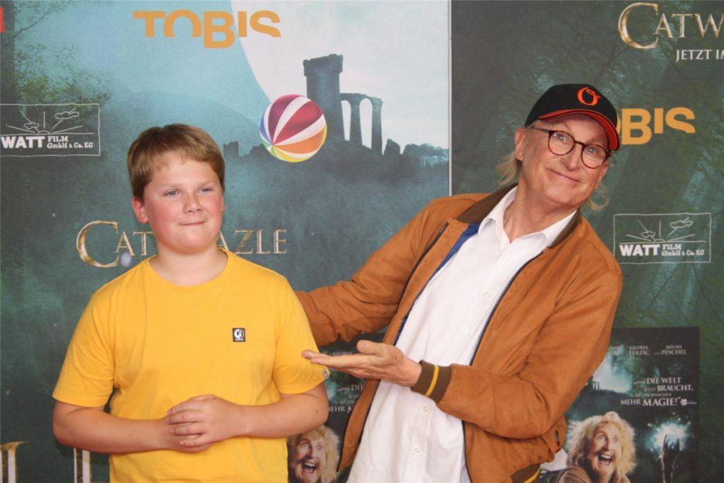 Julius Weckauf und der gewiefte Blitzlicht-Profi Otto posieren im UCI-Kino für die Fotografen.