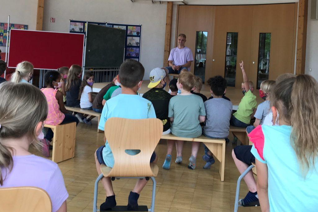 Der Fußballprofi Amos Pieper beantwortete geduldig die Fragen der Kinder.