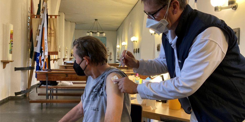 Dr. Holger Knapp und seine Kollegen aus der Hausarztpraxis in Ickern impfen regelmäßig in der Kirche am Marktplatz.