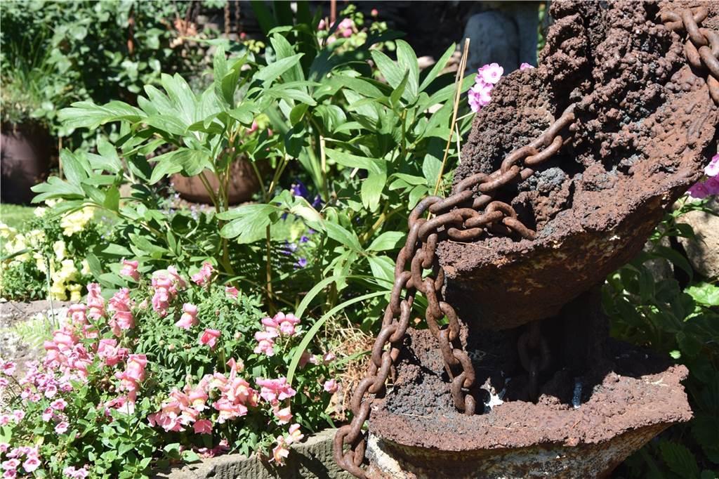 Die Deko im Garten bastelt Heinz Strotmann aus vor allem aus Stahlelementen