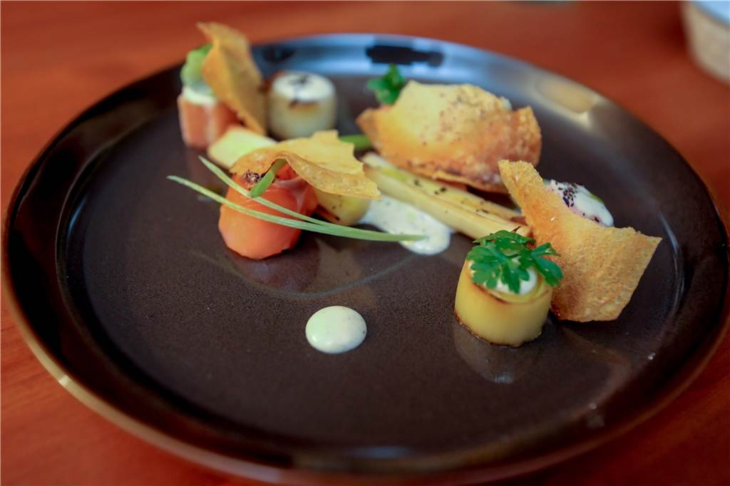 Der erste Gang: Hausgebeizter Lachs mit gebranntem Lauch und Trüffelmayo und einem leckeren Kartoffelchip.