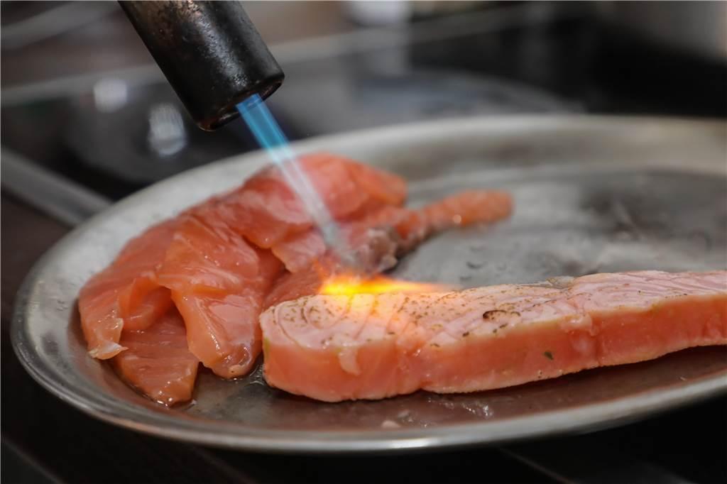 Die Hitze wird direkt auf den Lachs aufgetragen, damit dieser schön knusprig ist.