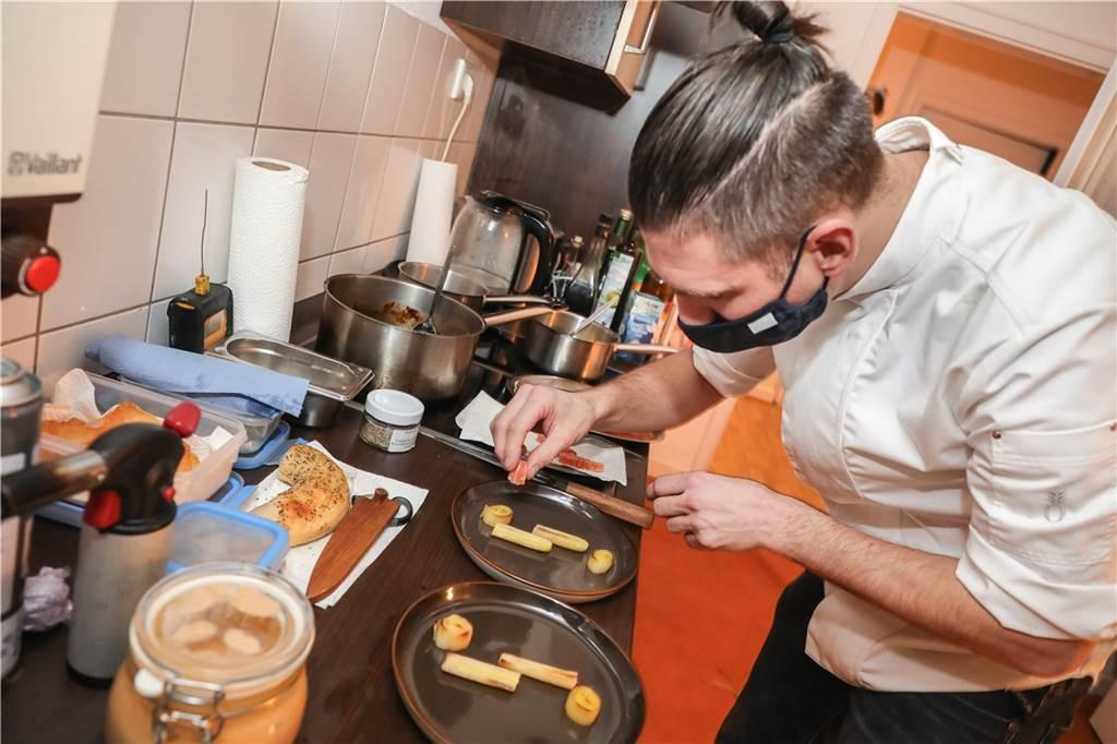 Jeder Gang wird minutiös auf jeweils separaten Tellern angerichtet.