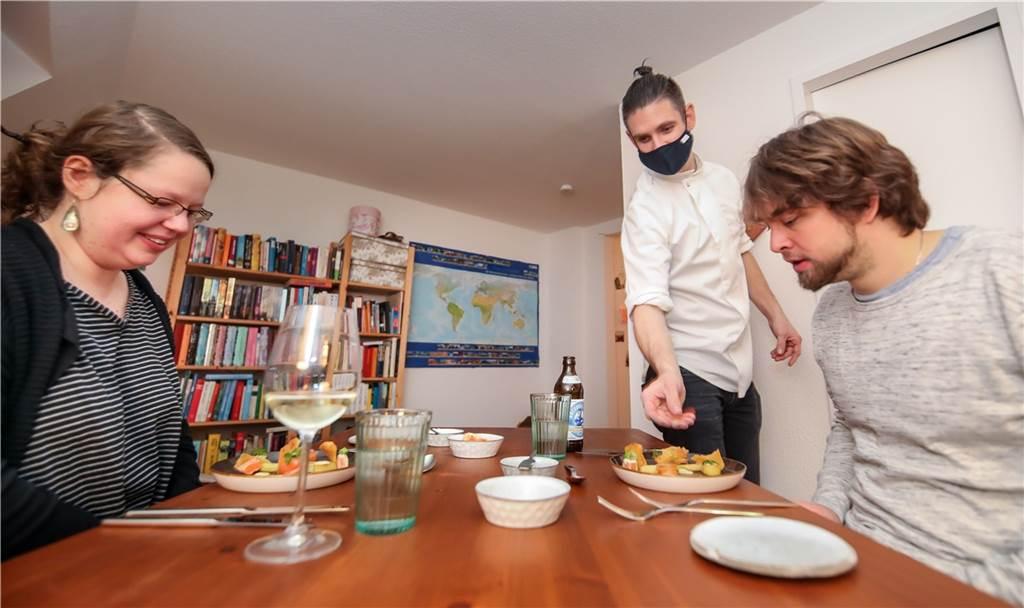 Der Mietkoch bringt Essen und Getränke auch direkt an den Tisch.