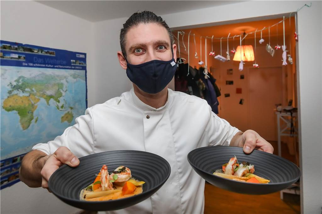 Die Freude der Kochens und Zubereitens ist Tobias Filthaut trotz Maske anzumerken.