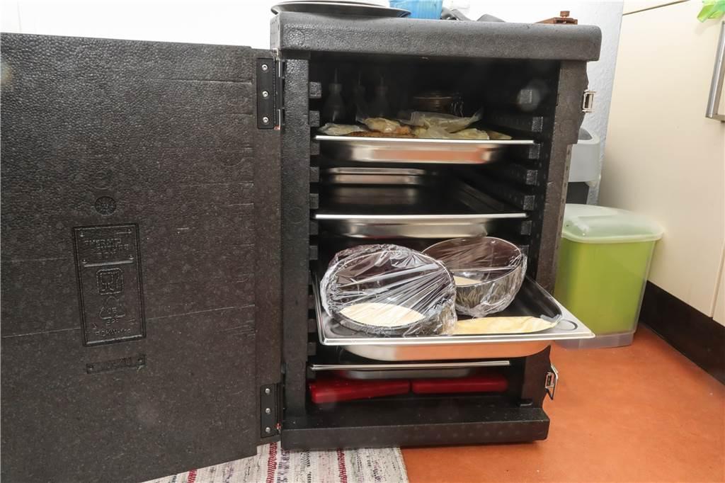 Damit die verschiedenen Gänge und auch die Getränke kühl bleiben, hat der Mietkoch eine Kühlbox dabei.