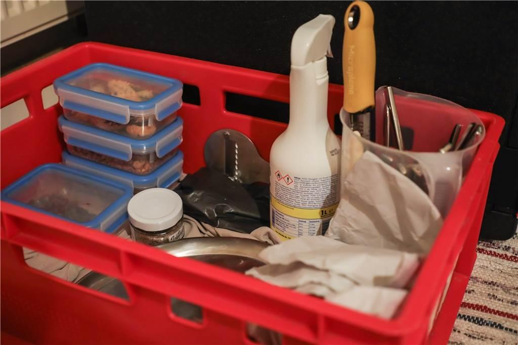 Tobias Filthaut bringt alles mit: Geschirr, Töpfe, Werkzeuge, die er zum Kochen braucht und vieles mehr.