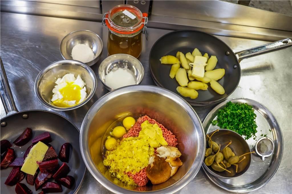 Diese Zusammenstellung an Zutaten verwendet Mario Kalweit für seine Zubereitung der Königsberger Klopse mit Kartoffeln und roter Beete.