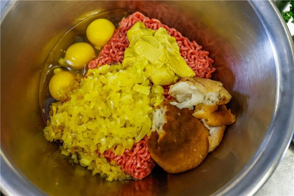 Die Klopse werden aus einem eingeweichten Brötchen, Eiern, glasierten Schalotten, Senf, Salz und Pfeffer hergestellt.